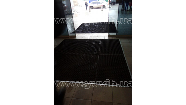 Резиновое покрытие для входа в торговый центр. фото
